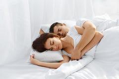 Pares que duermen en cama Imagenes de archivo