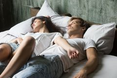 Pares que duermen en cama en el dormitorio en casa fotos de archivo libres de regalías