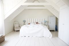 Pares que duermen en luz y Airy White Bedroom imagen de archivo
