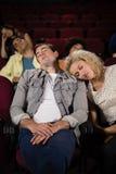 Pares que duermen en teatro foto de archivo