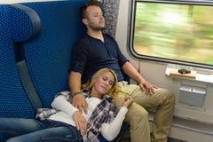 Pares que duermen en vacaciones del hombre de la mujer del tren Fotos de archivo libres de regalías