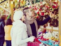 Pares que eligen la decoración de la Navidad foto de archivo libre de regalías