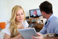 Pares que eligen programa de la TV imagen de archivo libre de regalías