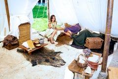Pares que encontram-se na barraca romana Foto de Stock