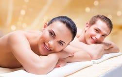 Pares que encontram-se nas mesas da massagem fotos de stock royalty free