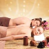 Pares que encontram-se nas mesas da massagem imagem de stock royalty free