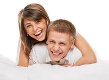 Pares que encontram-se no sorriso da cama Imagem de Stock