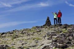 Pares que escalam uma montanha junto Imagem de Stock