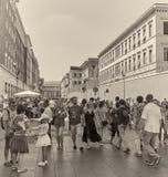 Pares que escapam o promotor da excursão Turistas no Vaticano imagem de stock