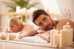 Pares que esperan un masaje Imágenes de archivo libres de regalías