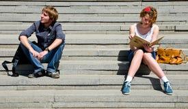 Pares que estão em escadas Fotografia de Stock Royalty Free