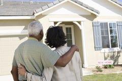 Pares que estão em Front Of New House Imagens de Stock