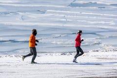 Pares que exercitam fora pelo lago Foto de Stock