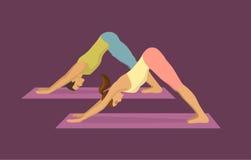 Pares que exercitam a ioga junto Para baixo enfrentando a posição da ioga do cão Foto de Stock Royalty Free