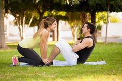 Pares que exercitam junto em um parque Imagens de Stock Royalty Free
