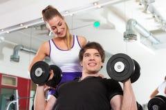 Pares que exercitam na ginástica com pesos fotos de stock