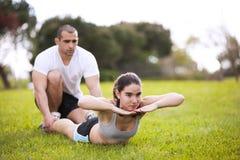 Pares que exercitam no parque Imagens de Stock Royalty Free
