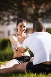 Pares que exercitam no parque Fotos de Stock Royalty Free