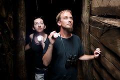 Pares que exploran la mina de oro abandonada en Costa Rica Imagenes de archivo