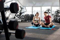 Pares que falam durante a ruptura no Gym foto de stock royalty free