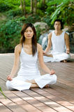 Pares que fazem a ioga fotos de stock royalty free