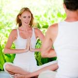 Pares que fazem a ioga fotografia de stock royalty free