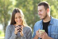 Pares que flertam e que falam em um parque Fotos de Stock Royalty Free