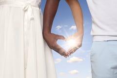 Pares que formam as mãos dadas forma coração junto fotografia de stock royalty free