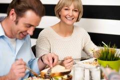 Pares que gozan del desayuno en restaurante fotos de archivo libres de regalías
