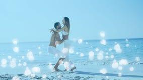 Pares que gozan en la playa rodeada por el efecto blanco de las burbujas
