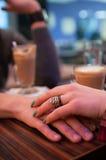 Pares que guardam as mãos no café Imagem de Stock Royalty Free