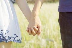 Pares que guardam as mãos no jardim Fotografia de Stock