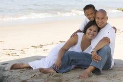 Pares que guardam as mãos que andam na praia Fotografia de Stock