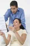 Pares que guardam cartões de crédito Foto de Stock Royalty Free