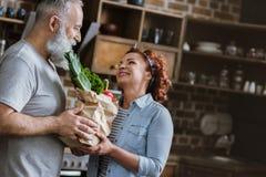 Pares que guardam legumes frescos imagens de stock royalty free
