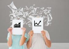 Pares que guardam o cartaz com gráficos de negócio Fotografia de Stock Royalty Free