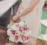 Pares que guardam o casamento das mãos Imagem de Stock