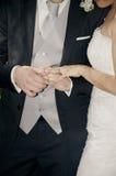 Pares que guardam o casamento das mãos Fotos de Stock Royalty Free