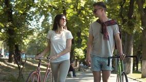 Pares que hablan como caminando con las bicis almacen de video