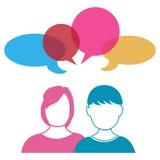 Pares que hablan compartiendo ideas Imagen de archivo libre de regalías