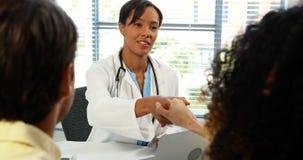 Pares que hablan con el doctor en clínica almacen de video