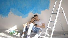 Pares que hablan de diseño interior en el fondo de la pared pintada almacen de metraje de vídeo
