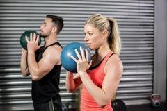 Pares que hacen ejercicio de la bola Foto de archivo