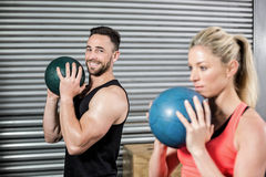 Pares que hacen ejercicio de la bola Imagen de archivo