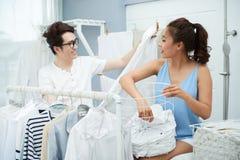 Pares que hacen el lavadero Foto de archivo libre de regalías