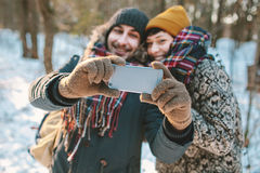Pares que hacen el selfie en bosque del invierno Fotos de archivo libres de regalías