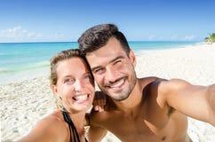 Pares que hacen el selfie en la playa Fotos de archivo