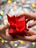 Pares que intercambian presentes de las tarjetas del día de San Valentín fotos de archivo