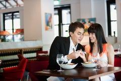 Pares que jantam no restaurante fotografia de stock royalty free