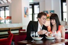 Pares que jantam no restaurante fotos de stock royalty free